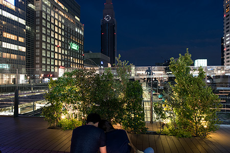 バスタ新宿 歩行者広場の夜景