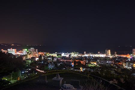 平和の歌碑の夜景