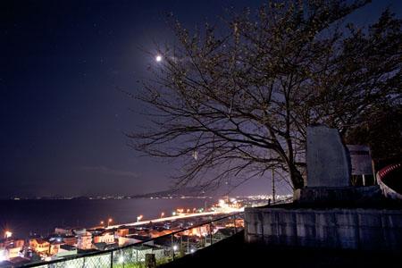 国上農道之碑の夜景