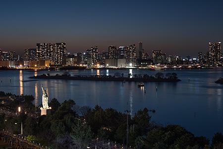 アクアシティお台場神社の夜景