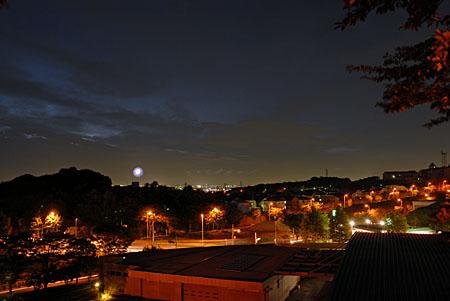 よこやまの道 丘の上広場の夜景
