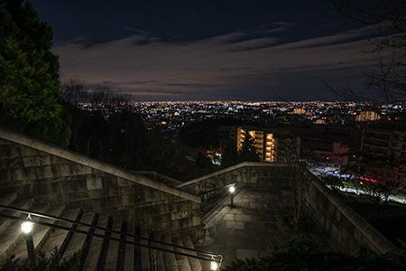 山手台南公園近くの階段の夜景